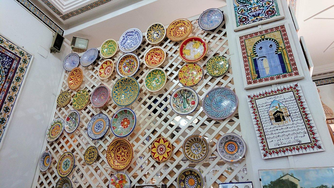 チュニジア:ナブールの街の陶器屋さんの店内を散策2