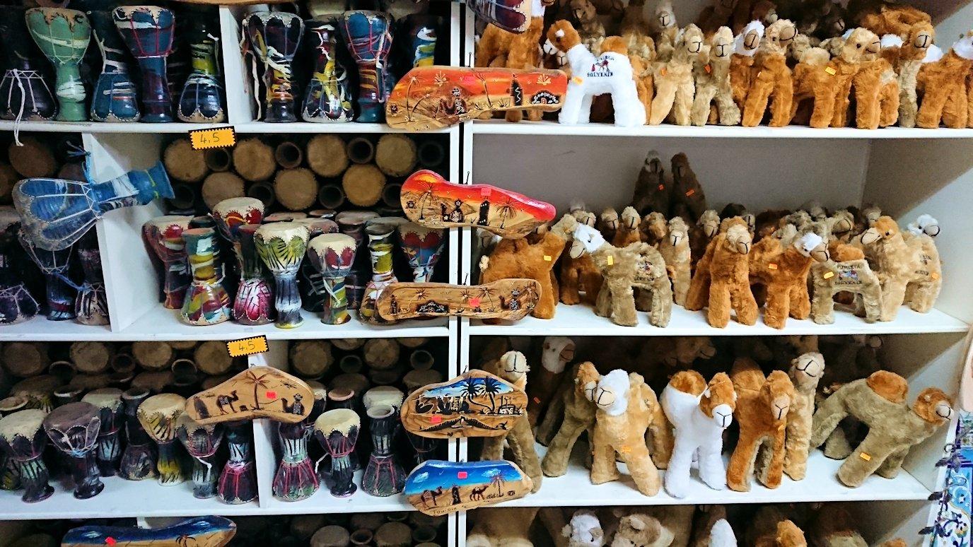 チュニジア:ナブールの街の陶器屋さんの店内を散策5