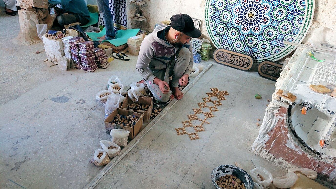 フェズの陶器工場で内部を見学する1