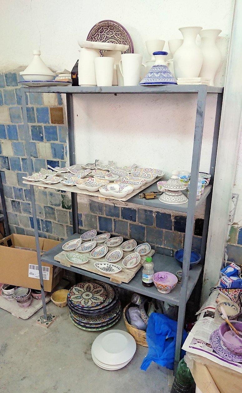 フェズの陶器工場で内部を見学する9