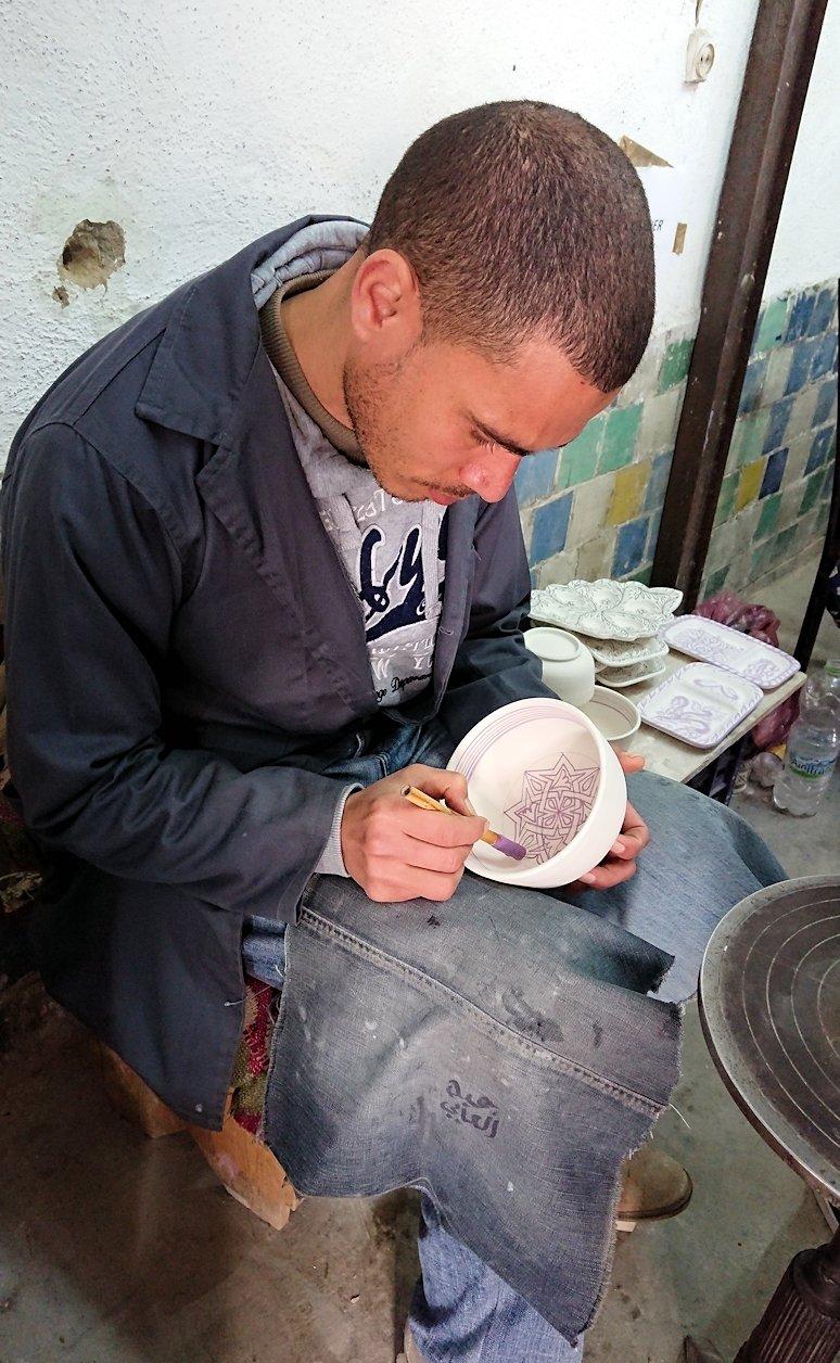 フェズの陶器工場で着色作業を見学