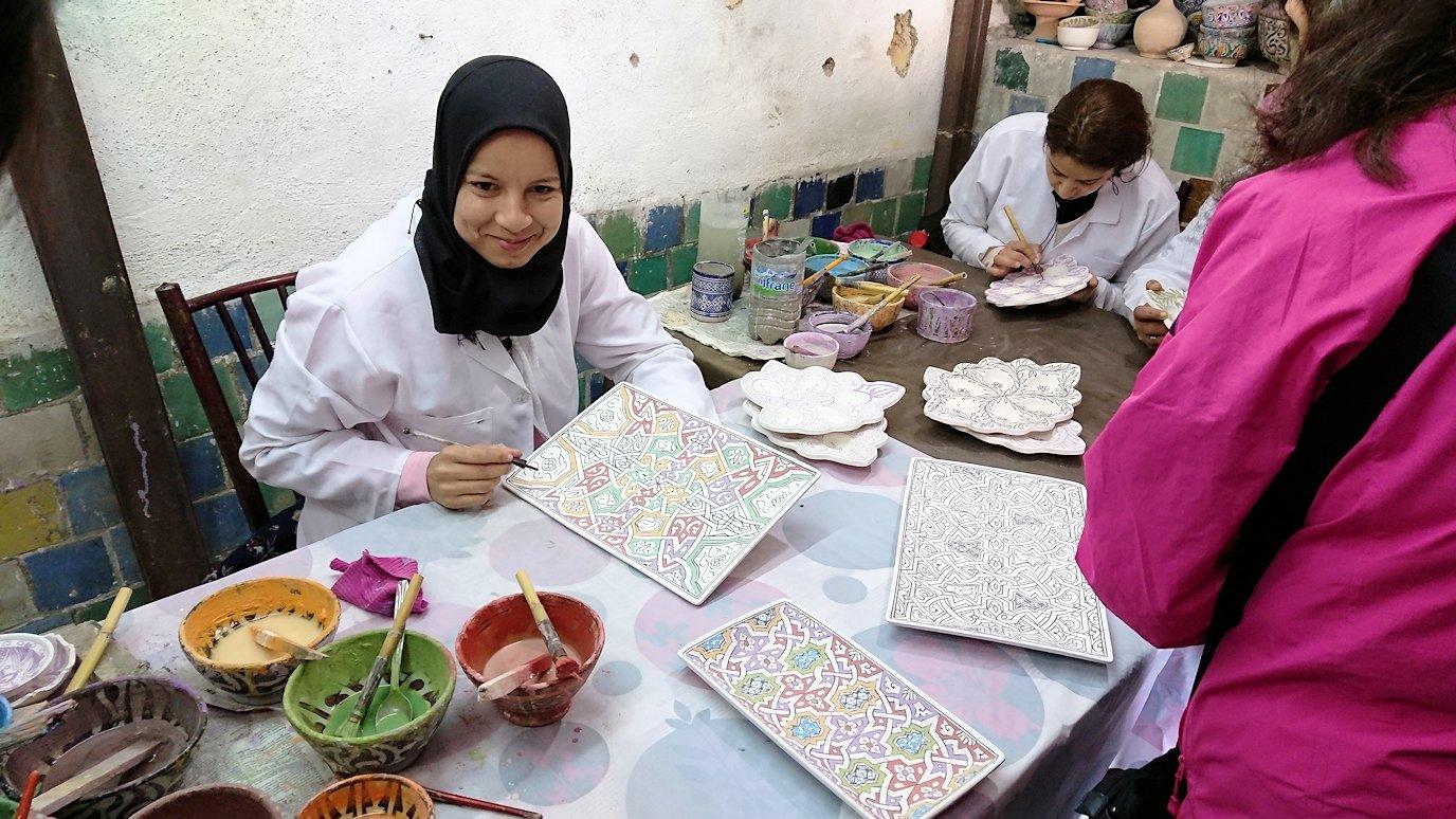 フェズの陶器工場で着色作業を見学1