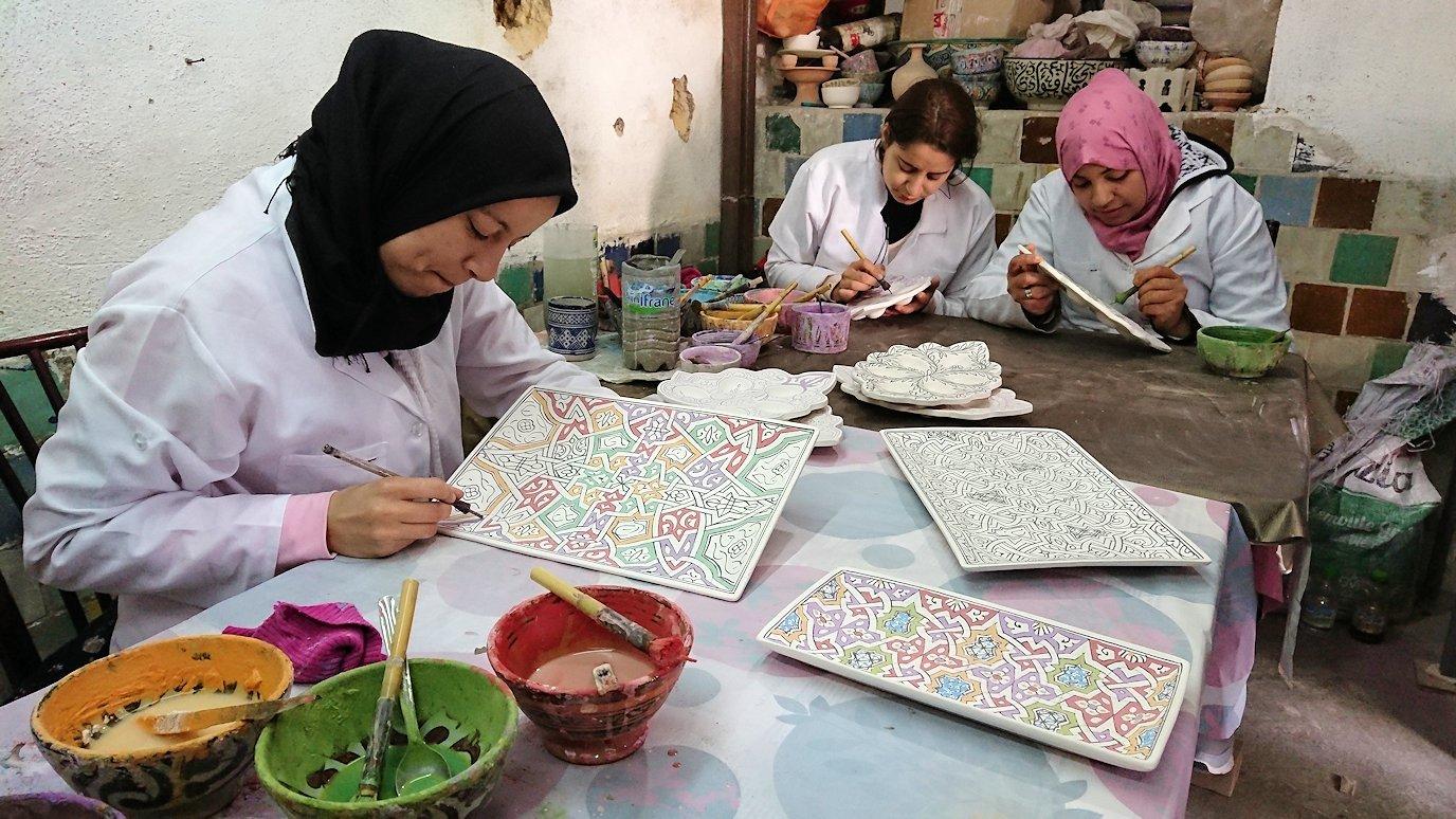 フェズの陶器工場で着色作業を見学2