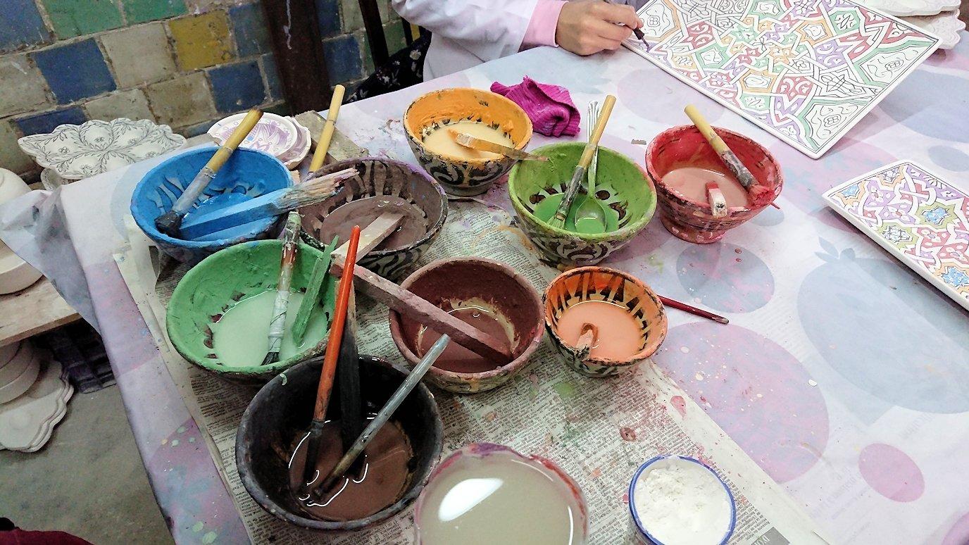 フェズの陶器工場で着色作業を見学3