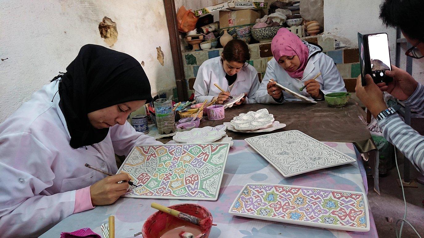 フェズの陶器工場で着色作業を見学4