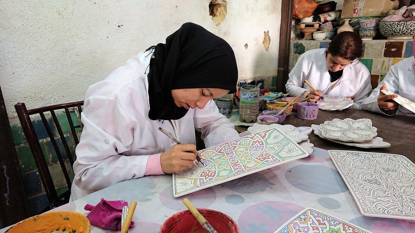 フェズの陶器工場で着色作業を見学5
