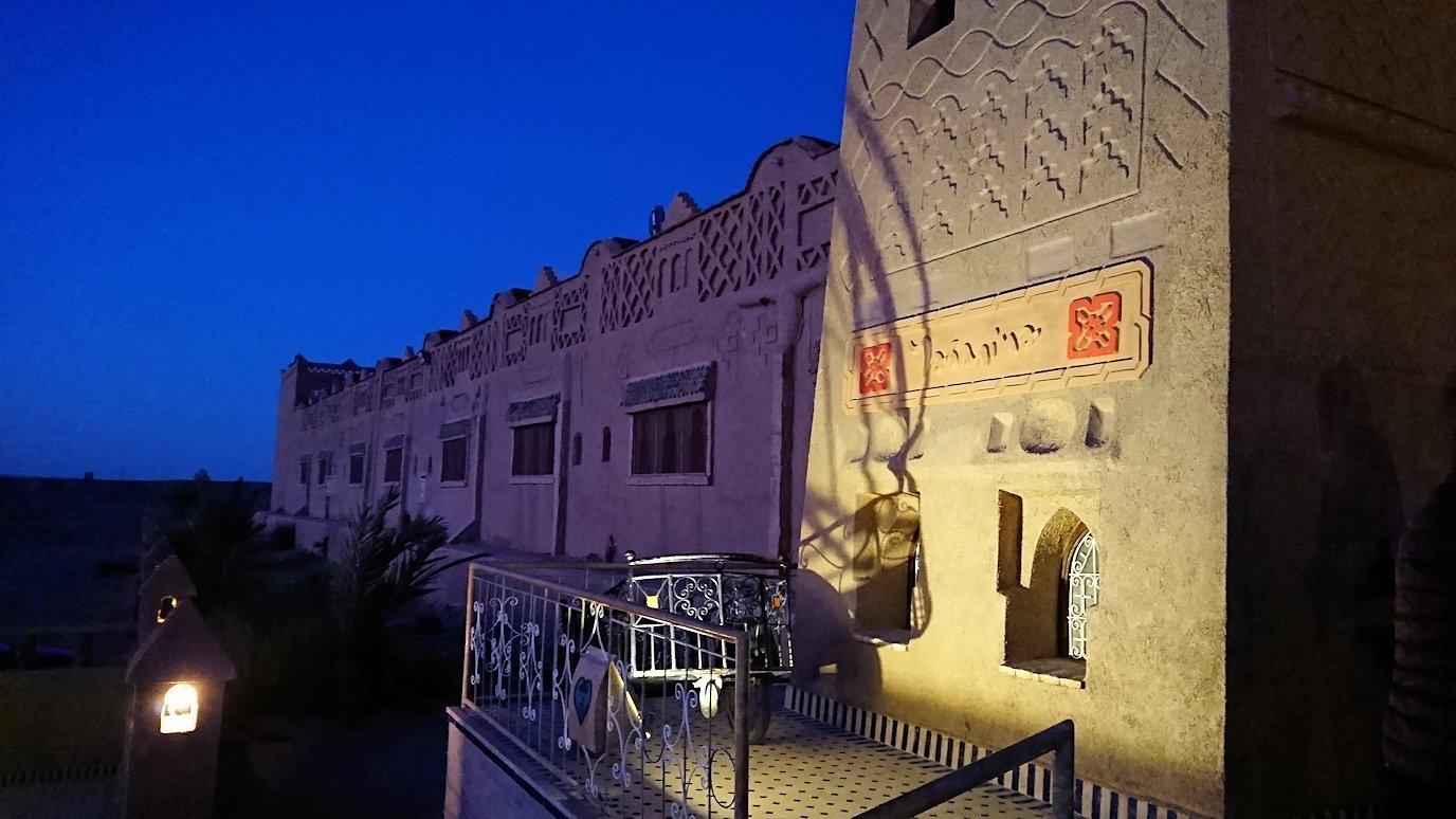 モロッコのメルズーガの砂漠ホテルで陽が沈む