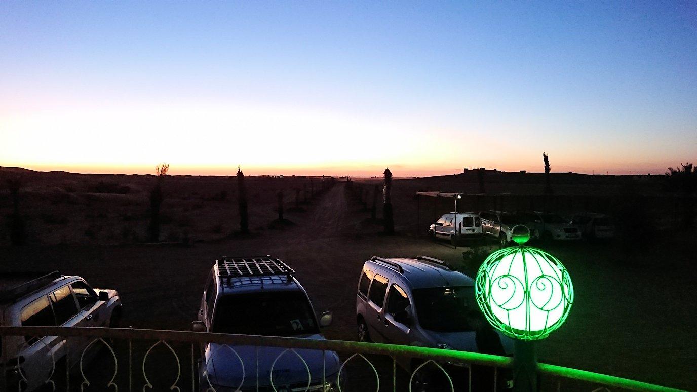 モロッコのメルズーガの砂漠ホテルで陽が沈む1