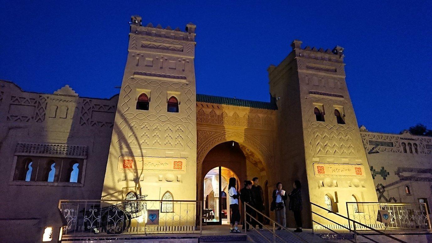 モロッコのメルズーガの砂漠ホテルで陽が沈む3