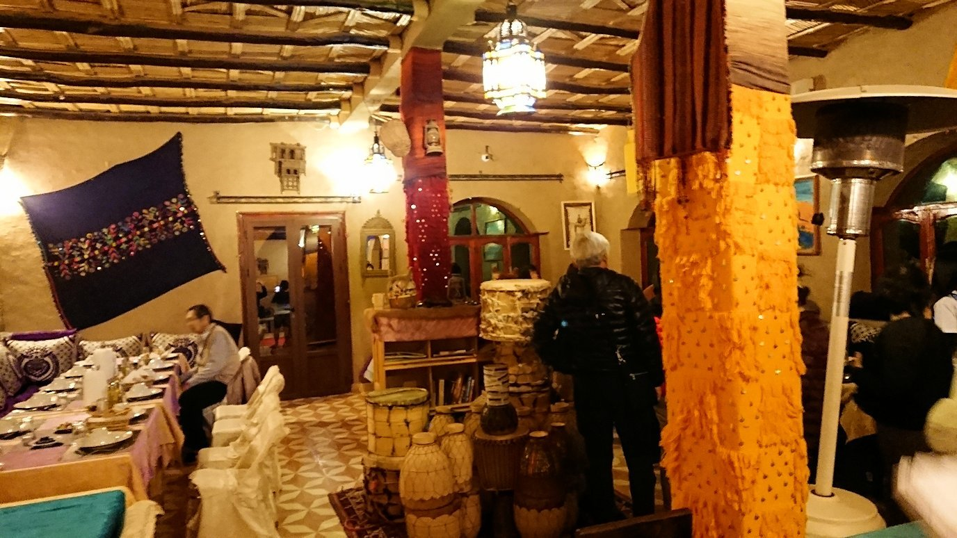 モロッコのメルズーガの砂漠ホテルで夕食会場に向かう1