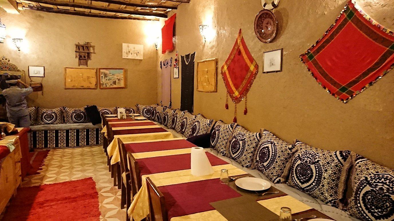 モロッコのメルズーガの砂漠ホテルで夕食会場に向かう2