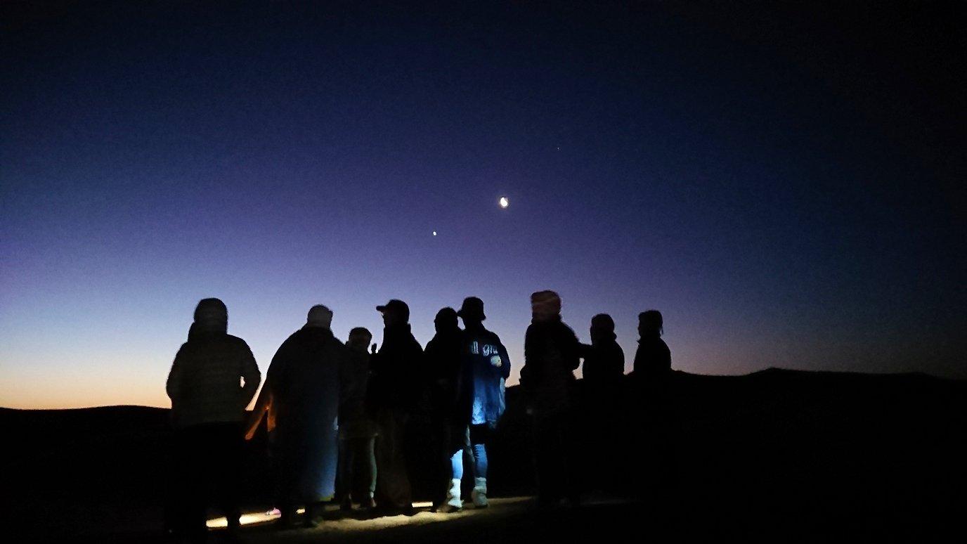 サハラ砂漠で星空観賞しに歩く様子