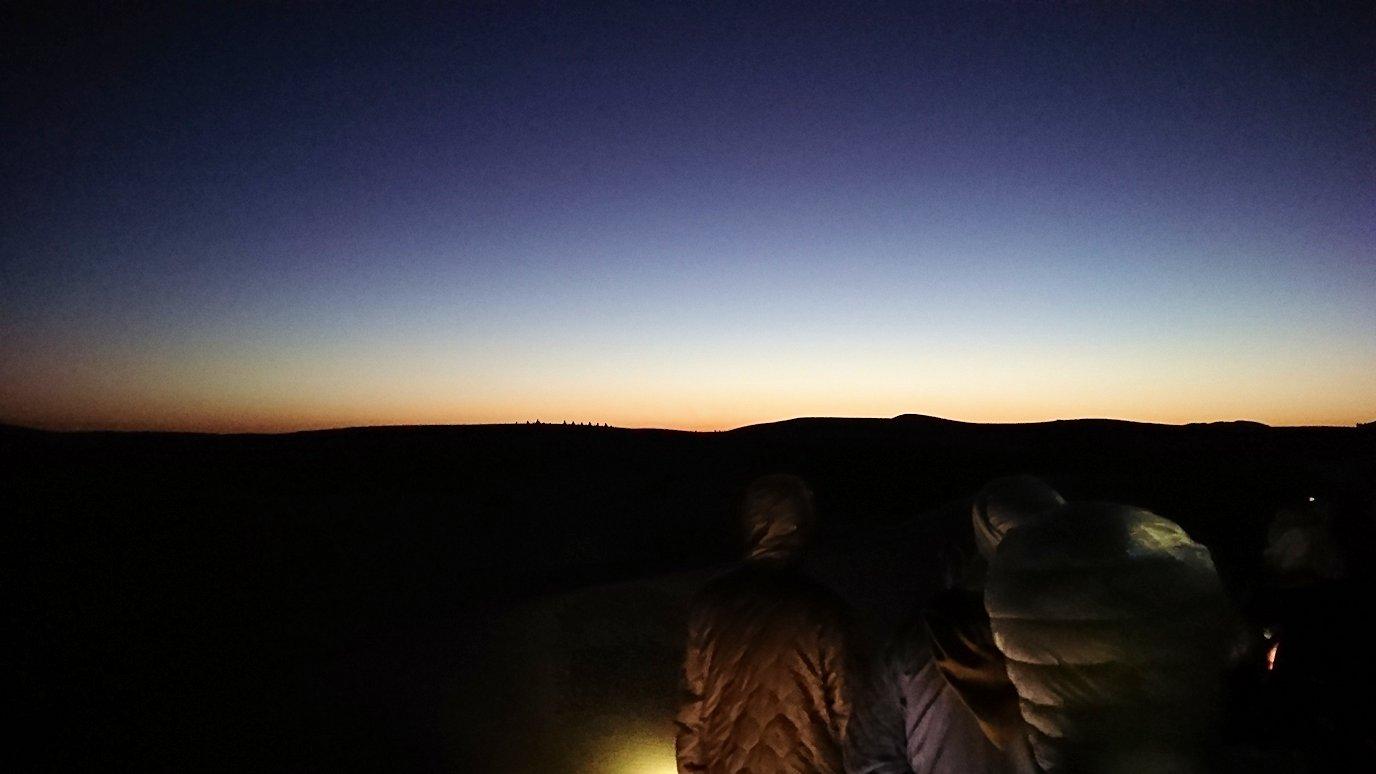 サハラ砂漠で星空観賞しに歩く様子3