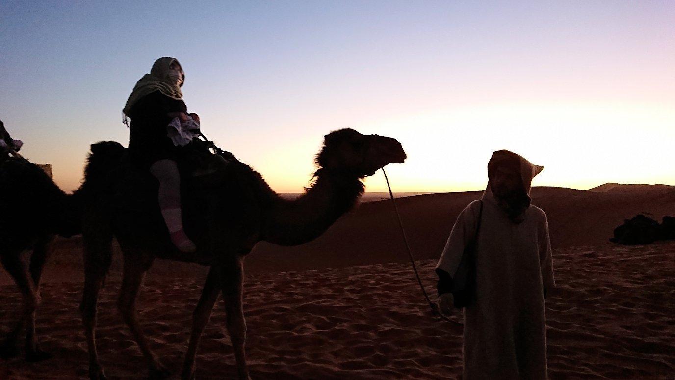 モロッコのサハラ砂漠で朝日鑑賞を目的に歩く1