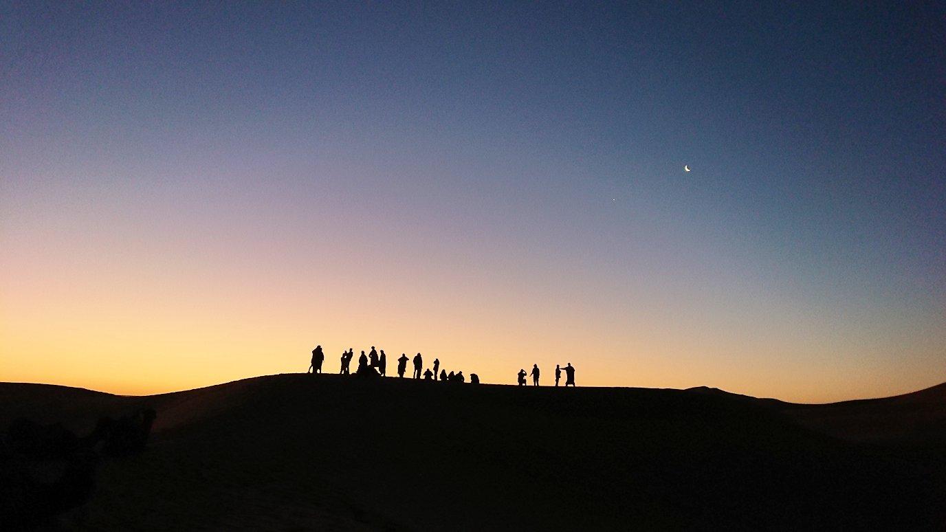 モロッコのサハラ砂漠で朝日鑑賞を目的に歩く2