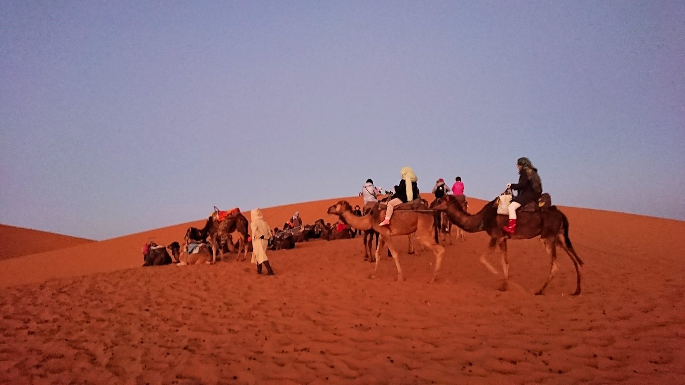 モロッコのサハラ砂漠で朝日鑑賞を目的に歩く3