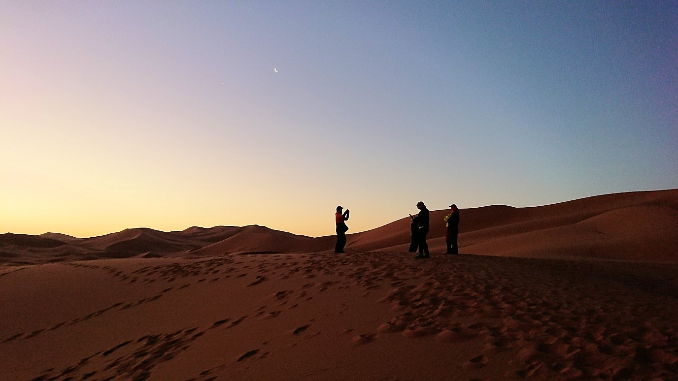 モロッコのサハラ砂漠で朝日鑑賞を目的に歩く5