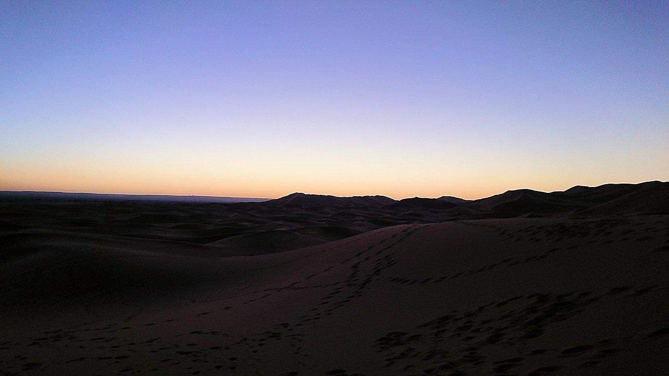 モロッコのサハラ砂漠で朝日鑑賞を目的に歩く6