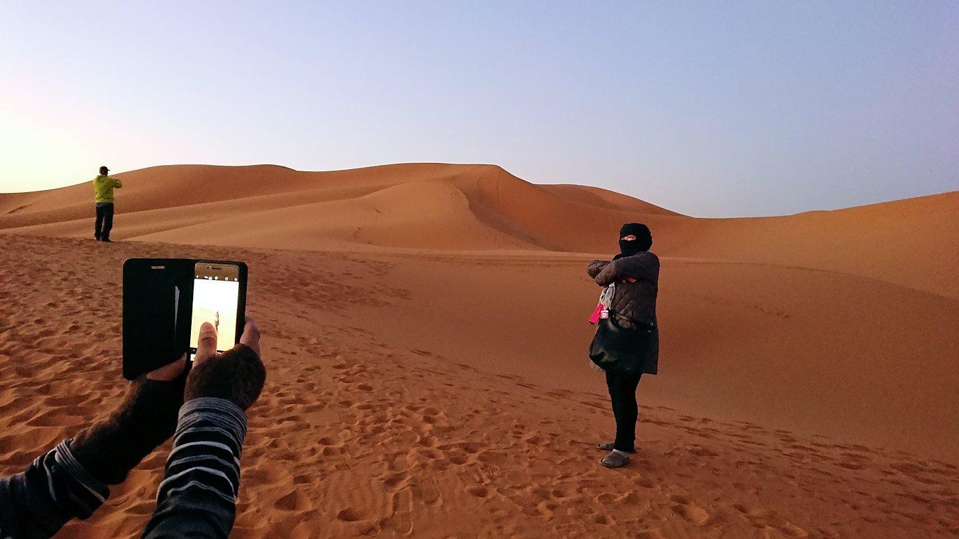 モロッコのサハラ砂漠で朝日鑑賞を目的に歩く7