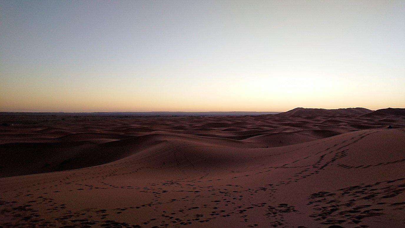 モロッコのサハラ砂漠で朝日鑑賞を目的に歩く8