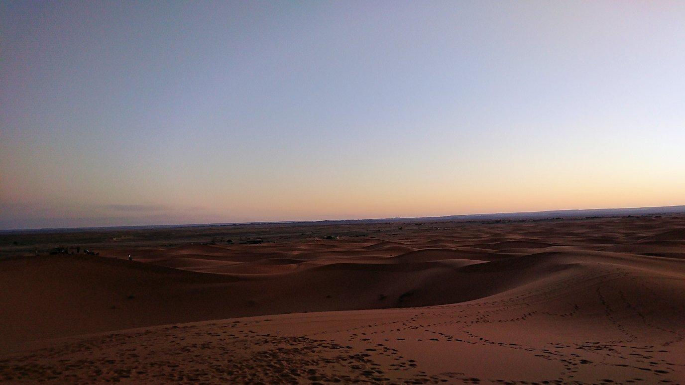 モロッコのサハラ砂漠で朝日鑑賞を目的に歩く9