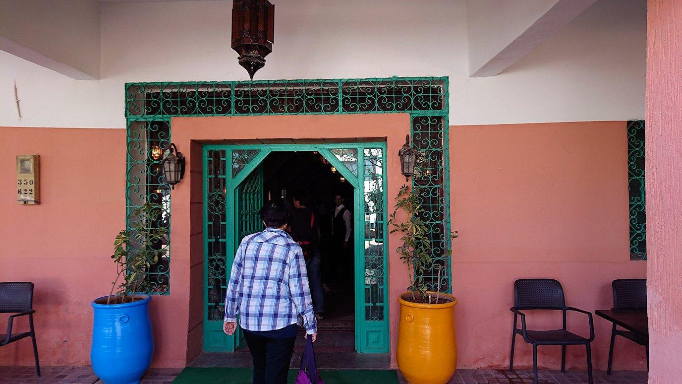 モロッコのトドラ渓谷からワルザザートへ向かうにレストランに入る