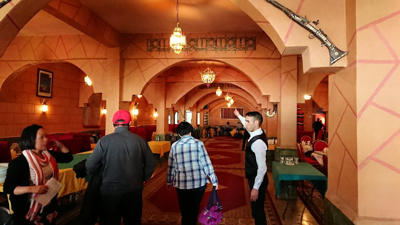 モロッコのトドラ渓谷からワルザザートへ向かうにレストランに入る1
