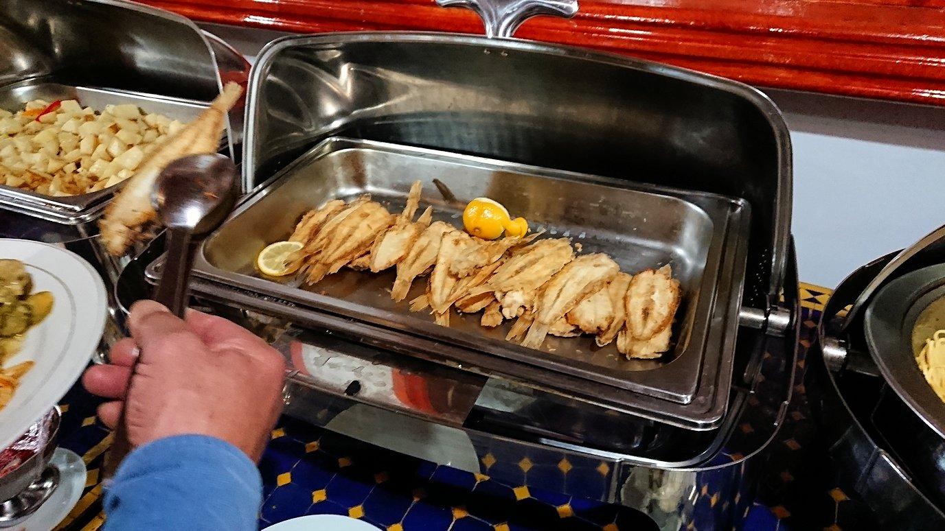 モロッコのワルザザートのホテルで夕食の様子1