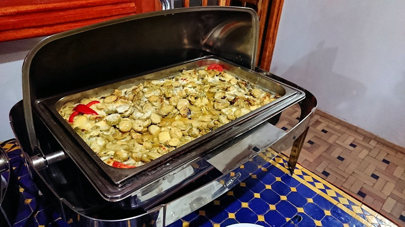 モロッコのワルザザートのホテルで夕食の様子3