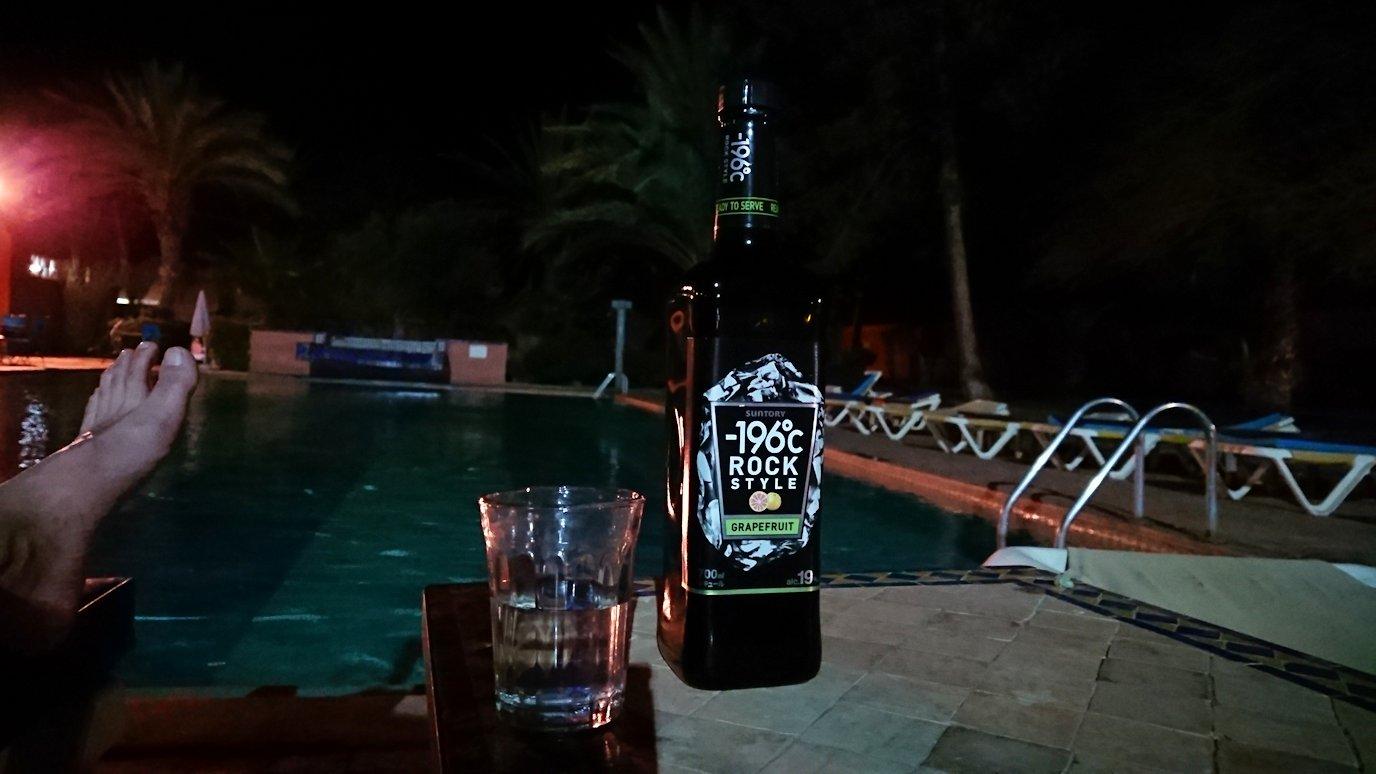 モロッコのワルザザートのホテルの夜はプールサイドでゆっくりと