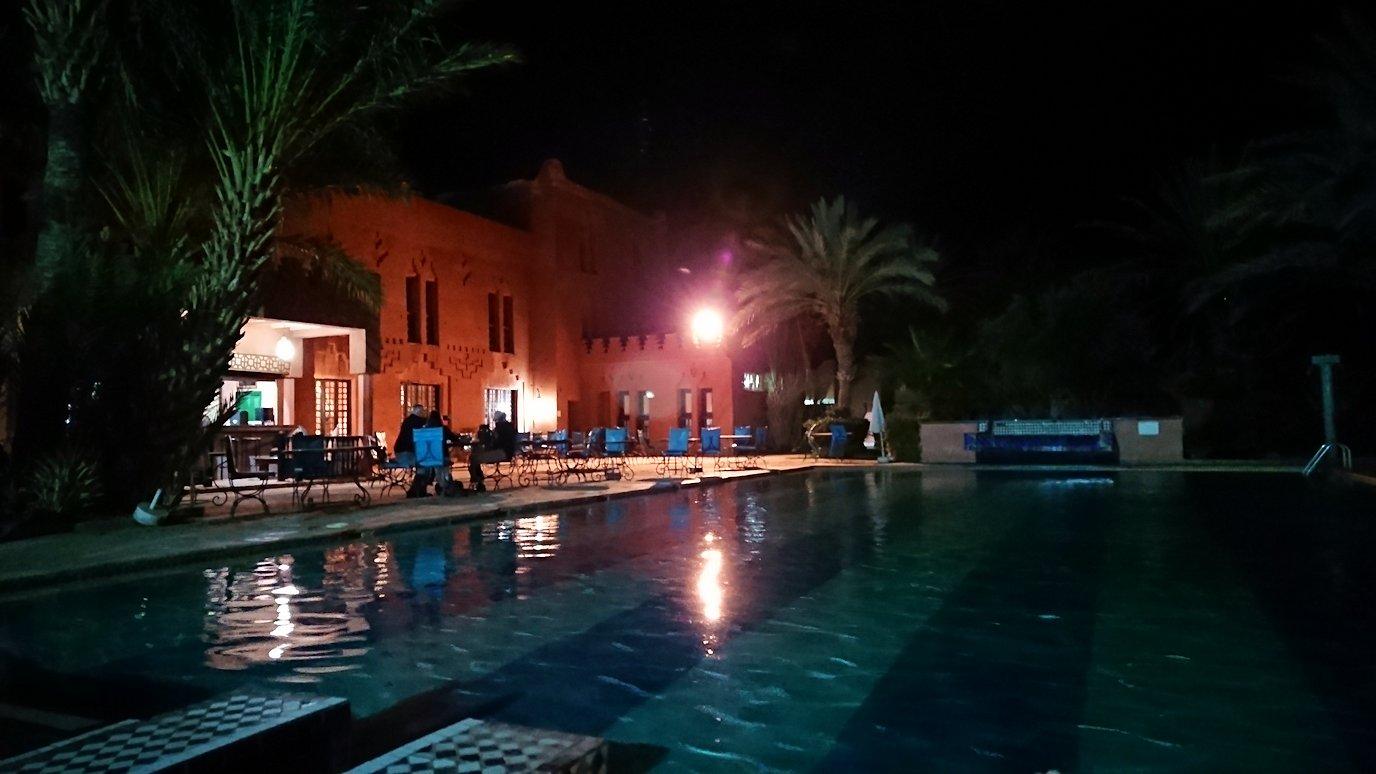モロッコのワルザザートのホテルの夜はプールサイドでゆっくりと1
