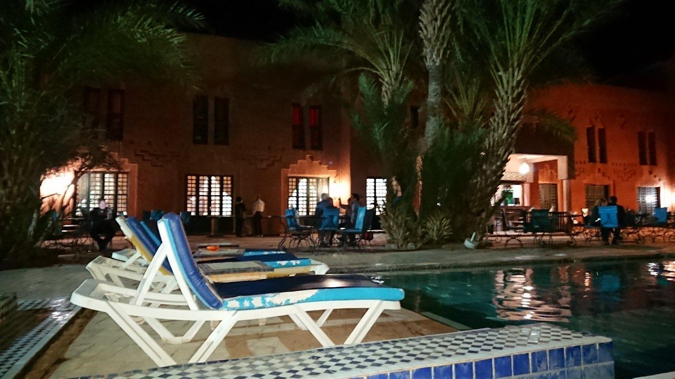 モロッコのワルザザートのホテルの夜はプールサイドでゆっくりと2