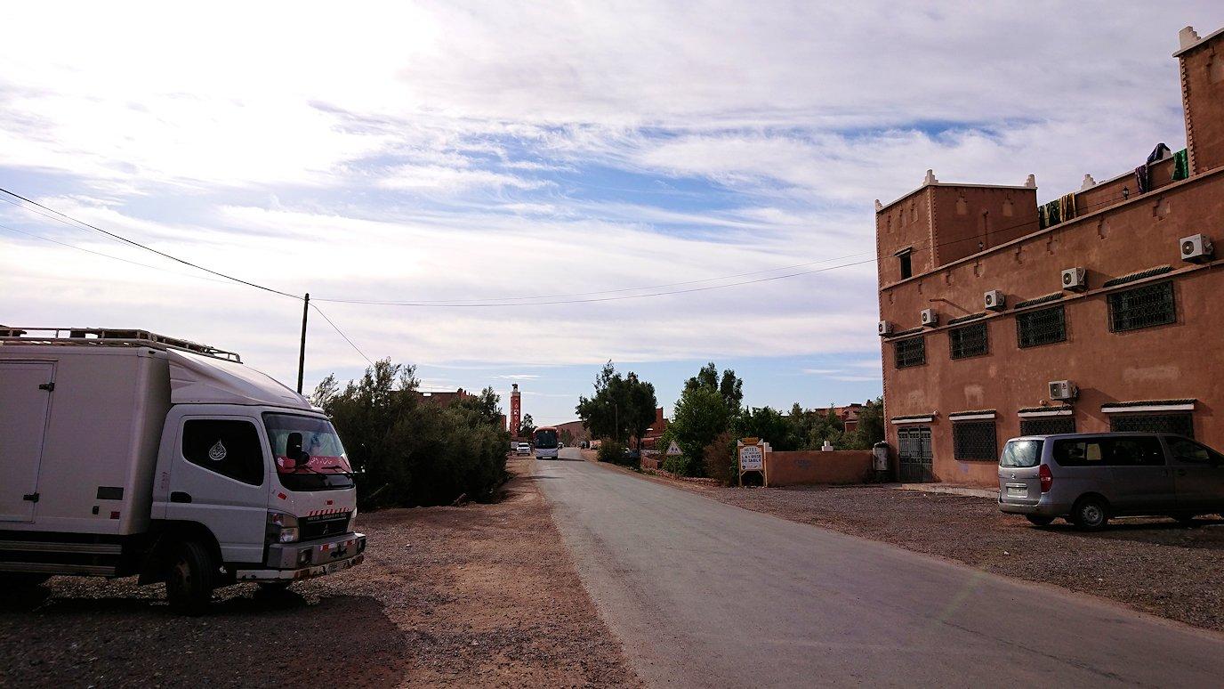 モロッコのワルザザートのアイト・ベン・ハッドゥへ歩いて向かう2