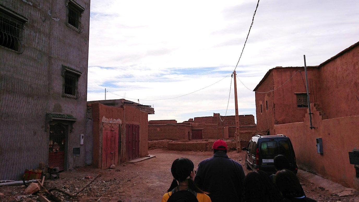 モロッコのワルザザートのアイト・ベン・ハッドゥへ歩いて向かう5