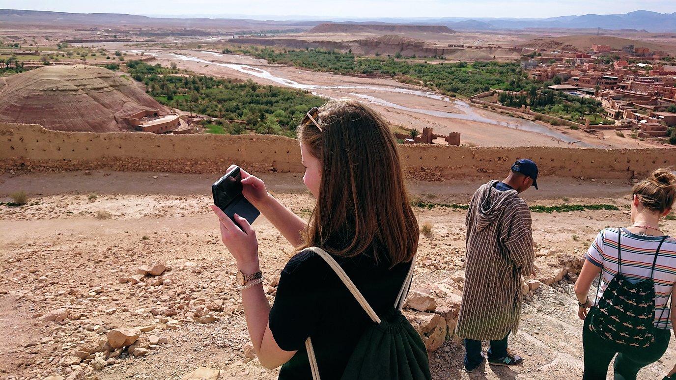 モロッコのワルザザートのアイト・ベン・ハッドゥ内を上の方まで登った頂上で写真撮影タイムはまだまだ