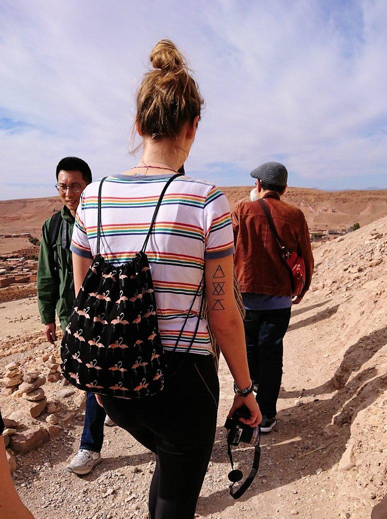 モロッコのワルザザートのアイト・ベン・ハッドゥ内を上の方まで登った頂上で写真撮影タイムはまだまだ1