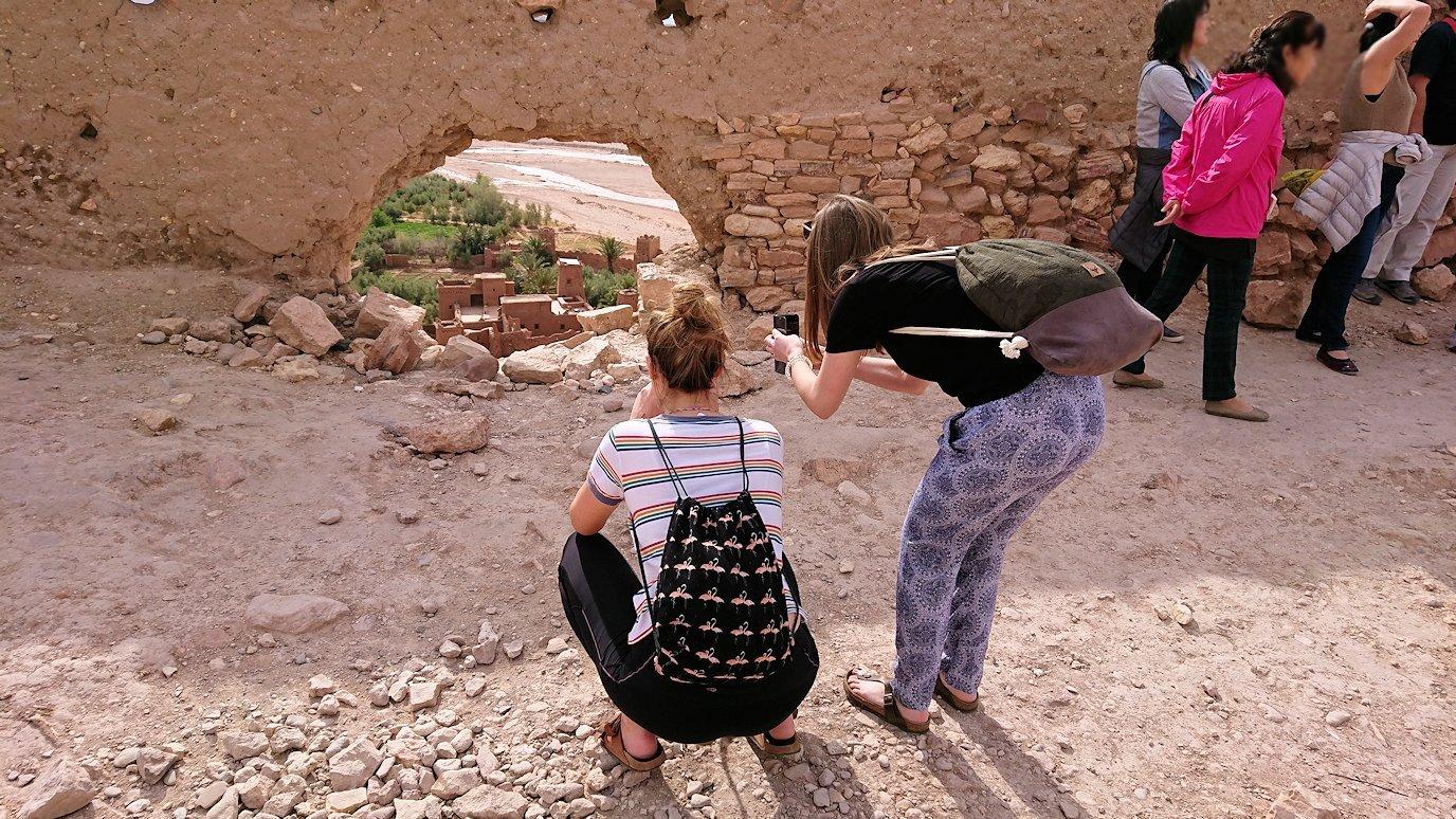 モロッコのワルザザートのアイト・ベン・ハッドゥ内を上の方まで登った頂上で写真撮影タイムはまだまだ2