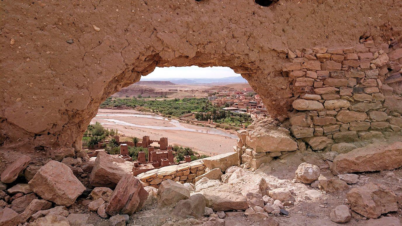 モロッコのワルザザートのアイト・ベン・ハッドゥ内を上の方まで登った頂上で写真撮影タイムはまだまだ3