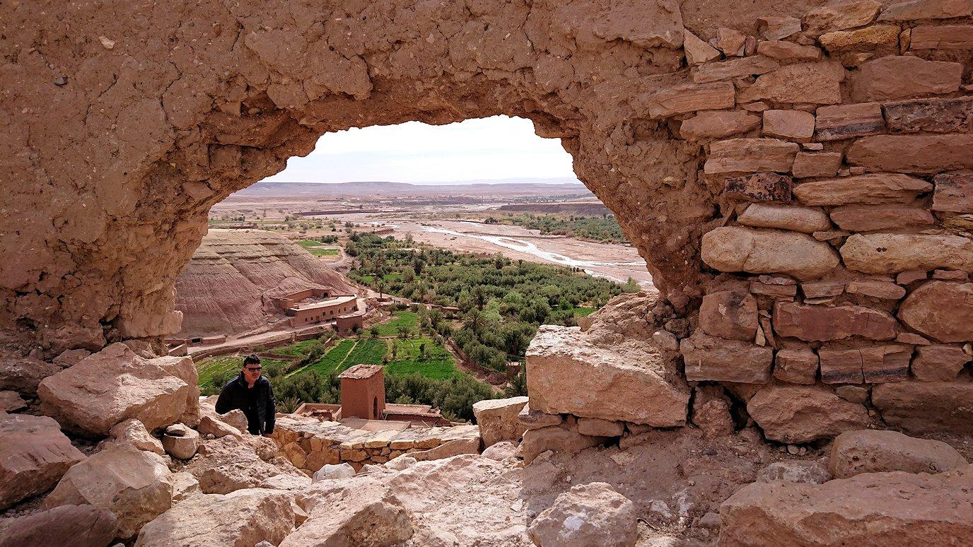 モロッコのワルザザートのアイト・ベン・ハッドゥ内を上の方まで登った頂上で写真撮影タイムはまだまだ4