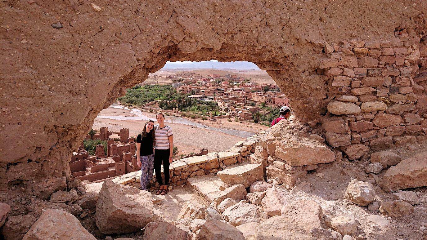 モロッコのワルザザートのアイト・ベン・ハッドゥ内を上の方まで登った頂上で写真撮影タイムはまだまだ5
