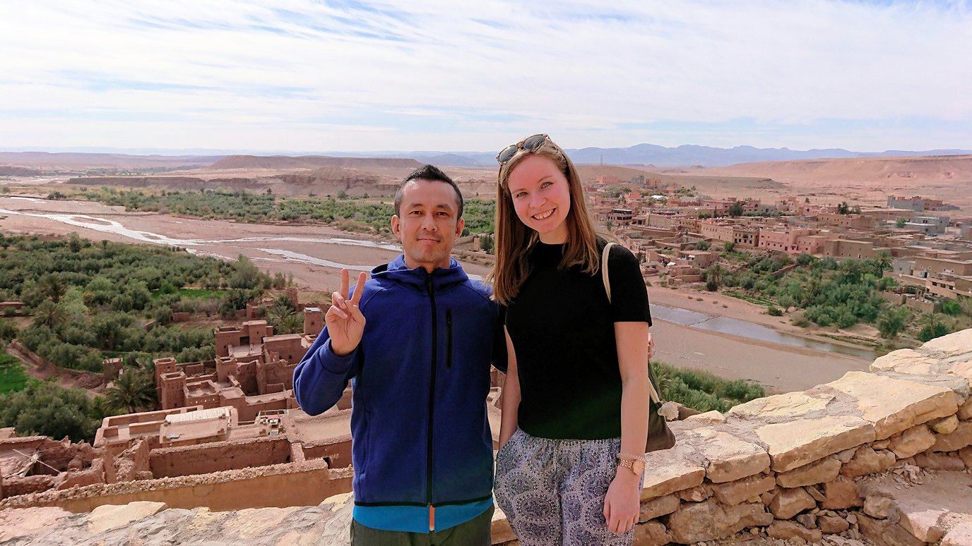 モロッコのワルザザートのアイト・ベン・ハッドゥ内を上の方まで登った頂上で写真撮影タイムはまだまだ6