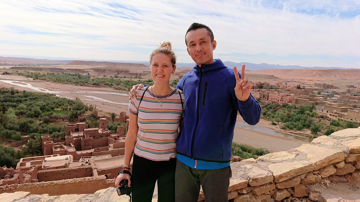 モロッコのワルザザートのアイト・ベン・ハッドゥ内を上の方まで登った頂上で写真撮影タイムはまだまだ7