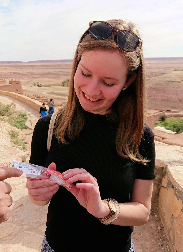 モロッコのワルザザートのアイト・ベン・ハッドゥ内を上の方まで登った頂上で写真撮影タイムはまだまだ9