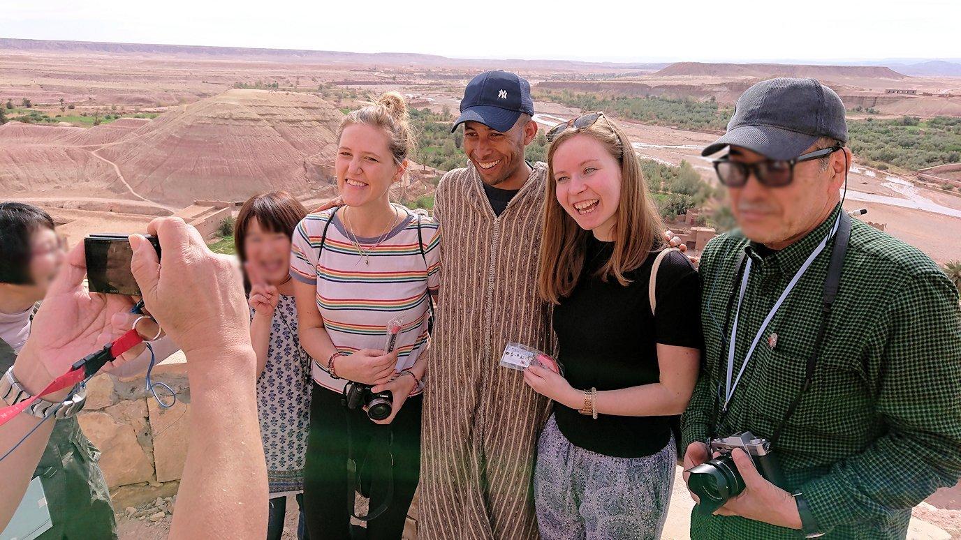 モロッコのワルザザートのアイト・ベン・ハッドゥ内を上の方まで登った頂上で写真撮影タイムで楽しむ2