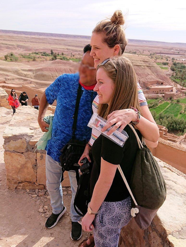 モロッコのワルザザートのアイト・ベン・ハッドゥ内を上の方まで登った頂上で写真撮影タイムで楽しむ3