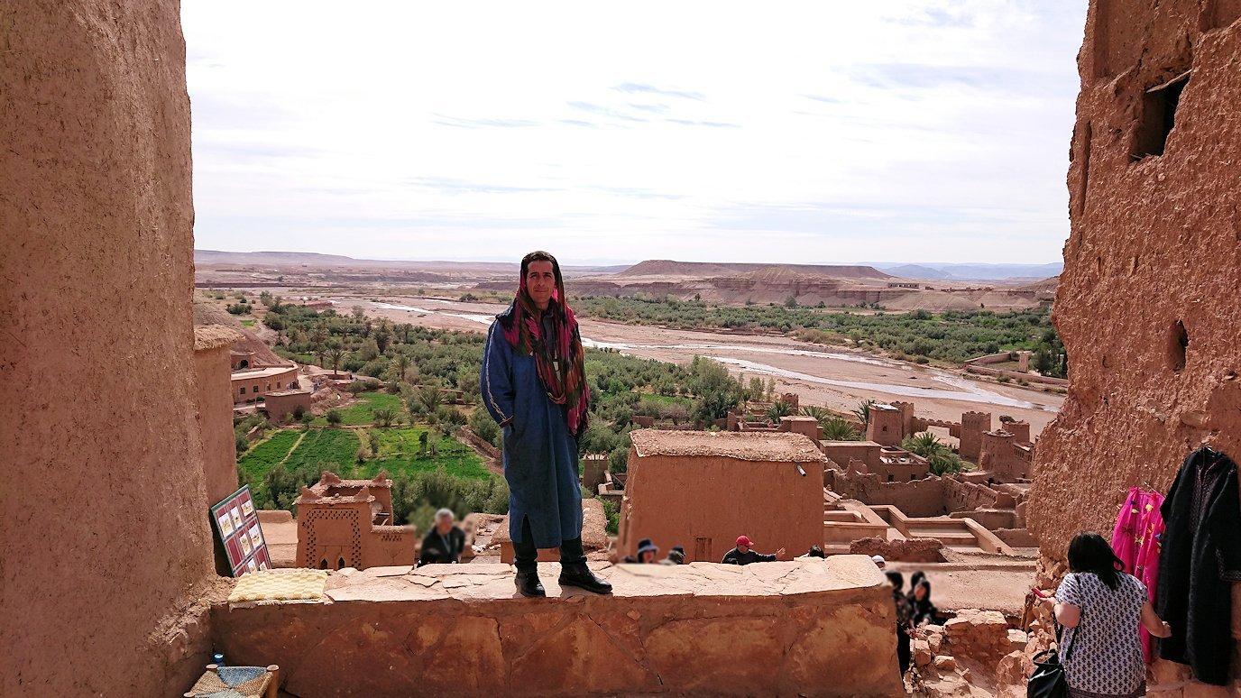 モロッコのワルザザートのアイト・ベン・ハッドゥ内を上の方まで登った頂上で写真撮影タイムで楽しむ5