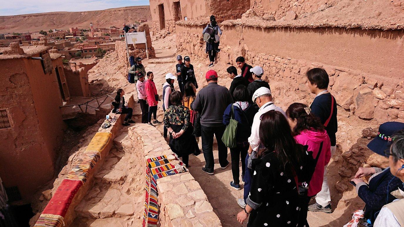 モロッコのワルザザートのアイト・ベン・ハッドゥ内を上の方まで登った頂上で写真撮影タイムで楽しむ6