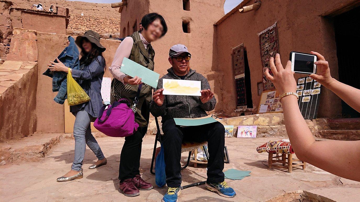 モロッコのワルザザートのアイト・ベン・ハッドゥ内を上の方まで登った頂上で写真撮影タイムで楽しむ7