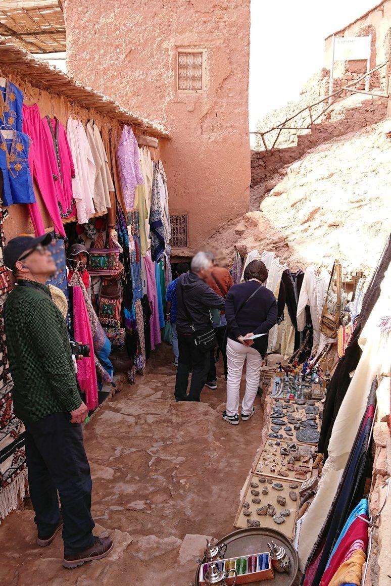 モロッコのワルザザートのアイト・ベン・ハッドゥ内を上の方まで登った頂上で写真撮影タイムで楽しむ8