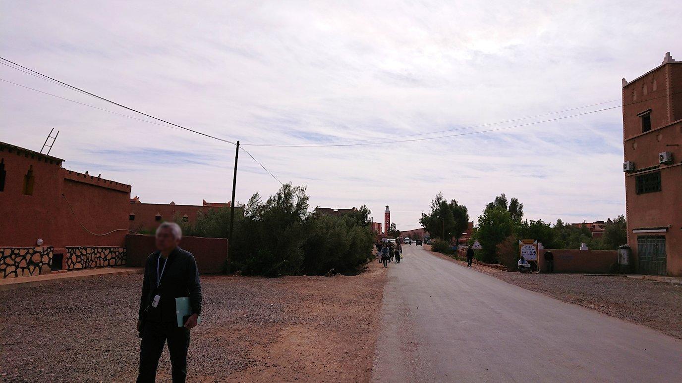 モロッコのワルザザートのアイト・ベン・ハッドゥの観光を終了し近くのレストランで昼食を食べる1